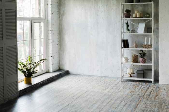 部屋の窓の近くに鉢植えの植物と棚