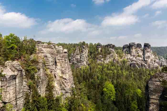 迫力のある山脈の谷の崖