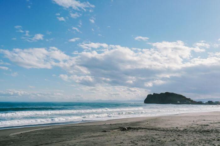 浜辺の波とその周辺の景色
