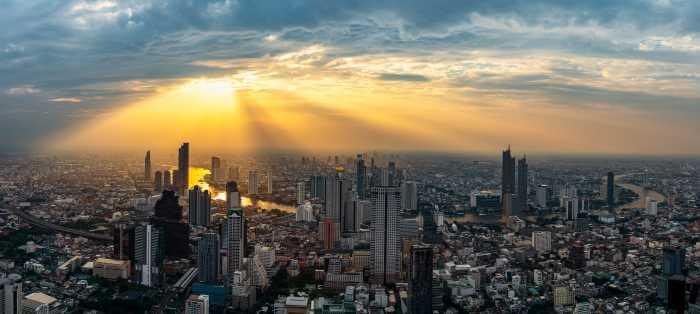 夕日が都心部の街を照らしている