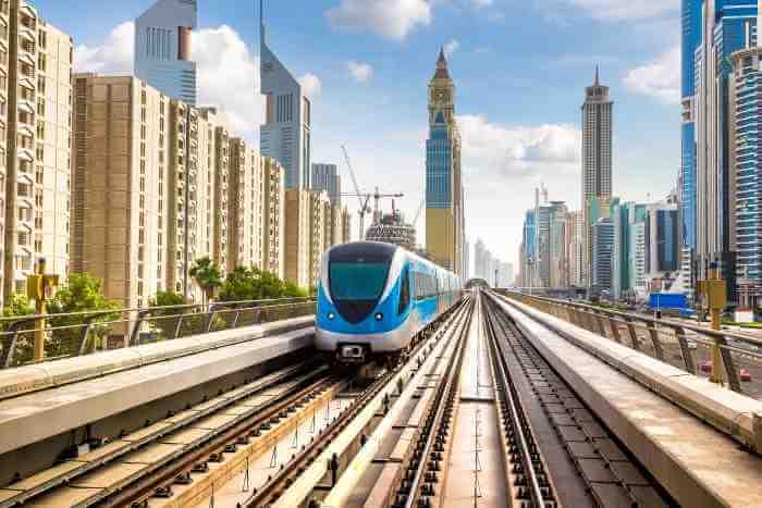 ドバイの近代的な都市と電車が走っている風景