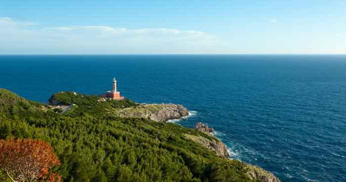 ヨーロッパの岬に立っている灯台と海の景色
