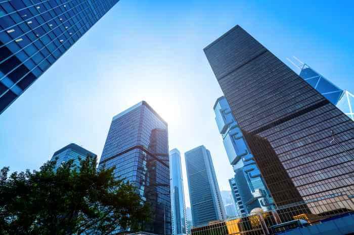 晴天の日に近代的な高層ビルを下から見上げた風景