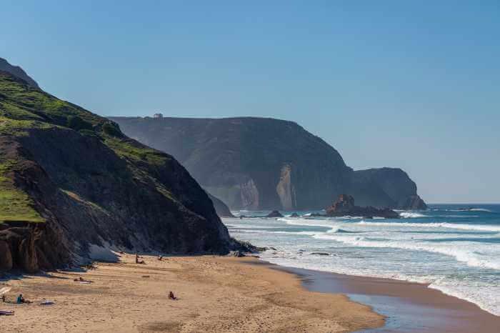 山に囲まれたビーチとその周辺の風景