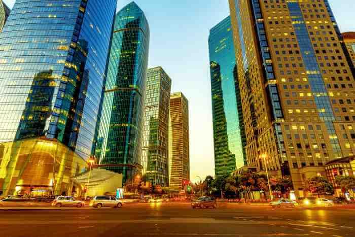 オフィス街の大通りの十字路と高層ビルの風景