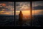 日没時の展望台から景色を眺めている旅行者女性の後姿