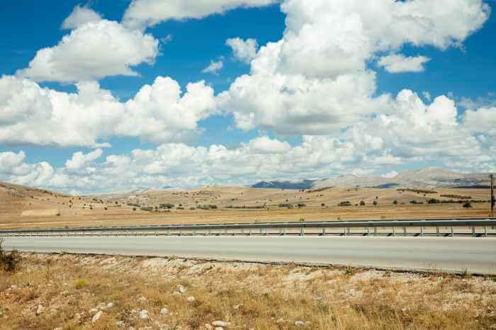 晴れた日のトルコの田舎の道路