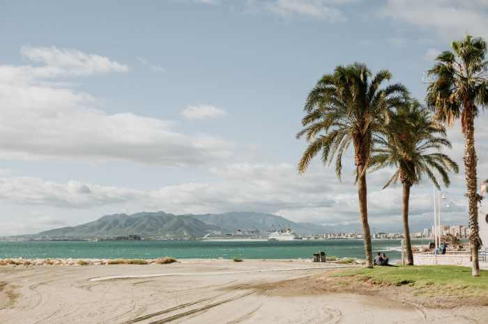熱帯地域の美しい浜辺やヤシの木