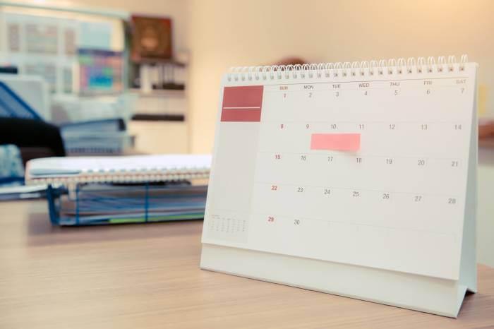 デスクの上に卓上カレンダーが置いている