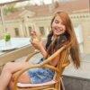 カフェで少女が満面の笑みでパフェを食べている