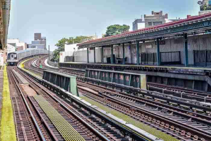 ニューヨークの駅に電車が到着しようとしている