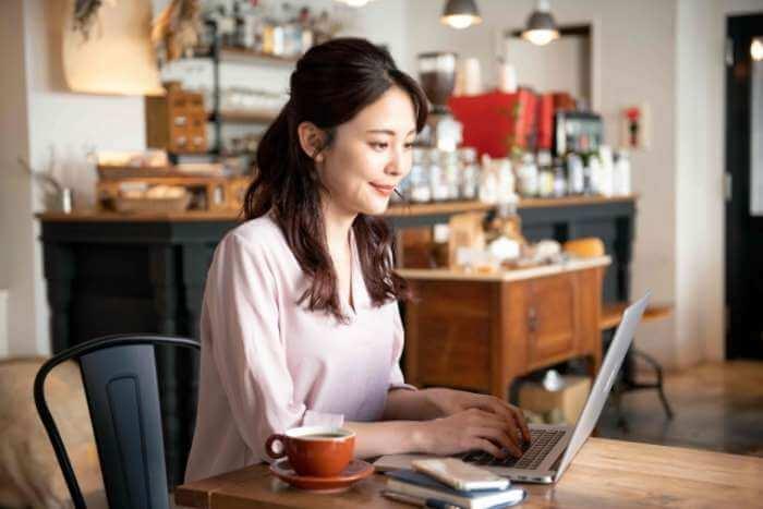 カフェでパソコンで仕事をしている女性