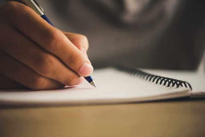 ノートに書いて勉強をしている
