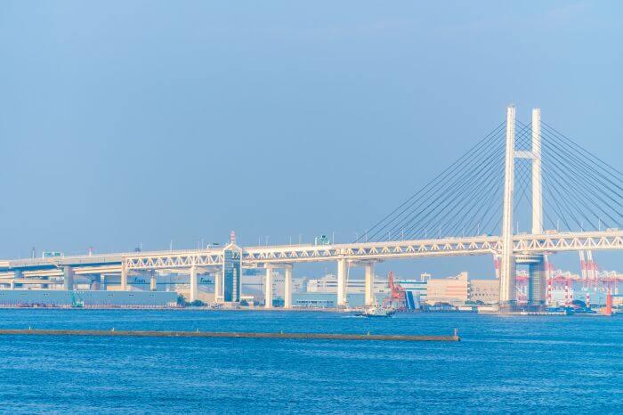 横浜ベイブリッジと海や工場の風景