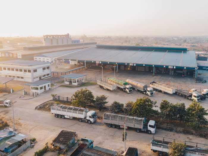 工場のトラックステーションで多くのトラックが荷下ろしをしている