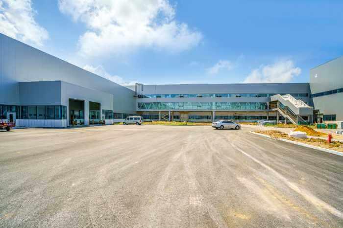 工場の敷地内の倉庫