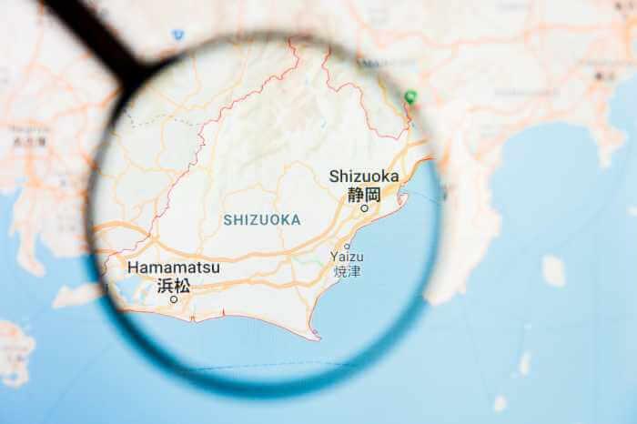 静岡県の静岡市から浜松市までの地図を虫眼鏡で見ている