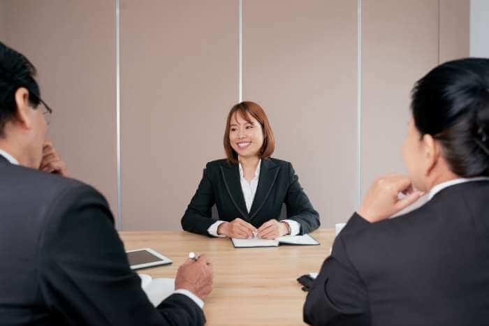 就職エージェントで面談をしている就職活動中の女性
