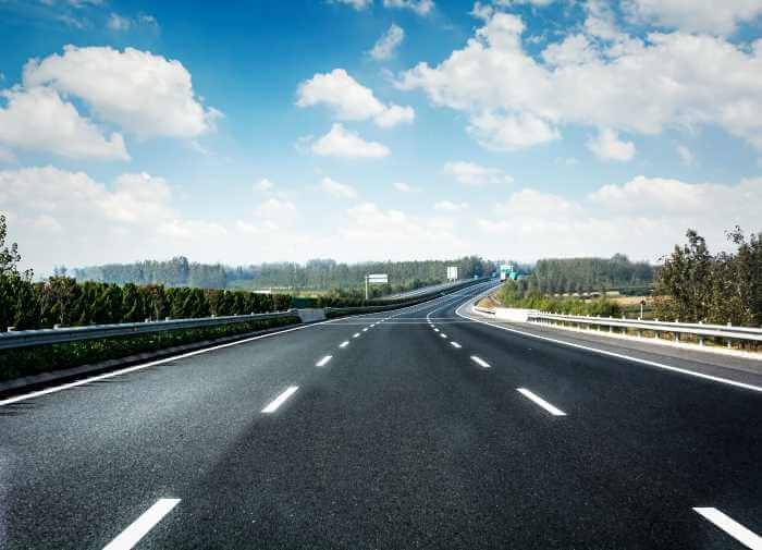 山や森に囲まれた高速道路