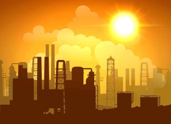 工場を照らしている夕暮れ時の太陽