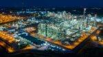 空から見た照明がついた工場の風景
