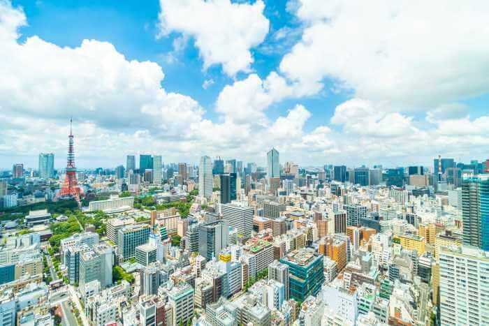 高いビルの屋上から見た東京の美しい街並み