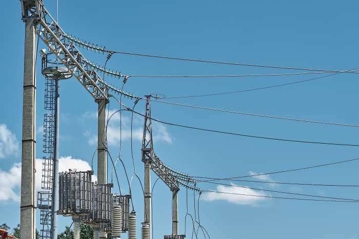 工場の中にある高圧送電線と青空