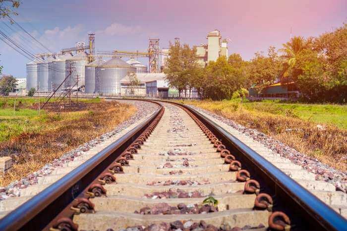 電車の線路が続いている先に工場がある